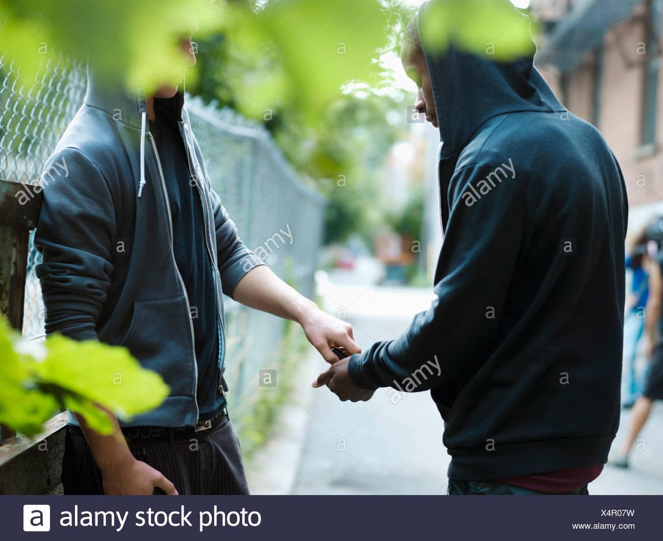 Adolescente, tráfico de drogas Foto de stock