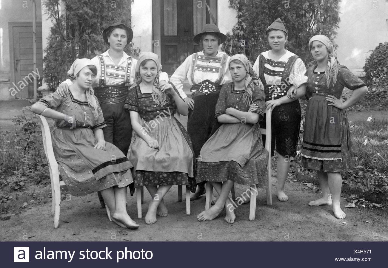 Grupo de mujeres, algunos vestidos de hombres, algunos de ellos en la mujer trajes tradicionales bávaros, histórico photgraph alrededor de 1930 Imagen De Stock