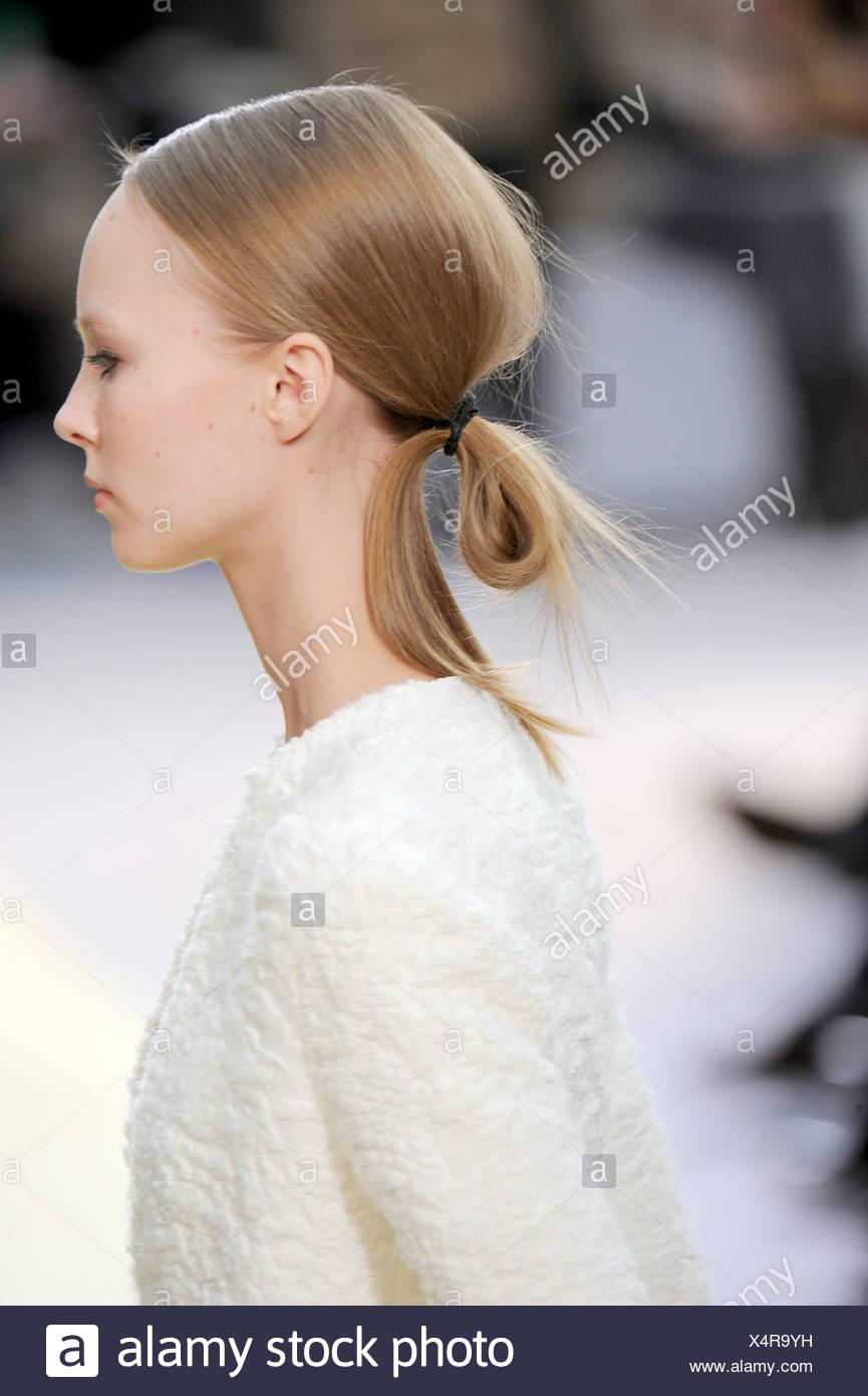 aa8248b09e Celine Paris listo para ponerse Otoño Invierno modelo con cabello rubio  atado en coleta rizada Imagen