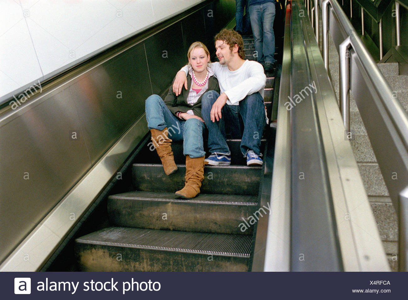 Pareja Sentada en una escalera Foto de stock