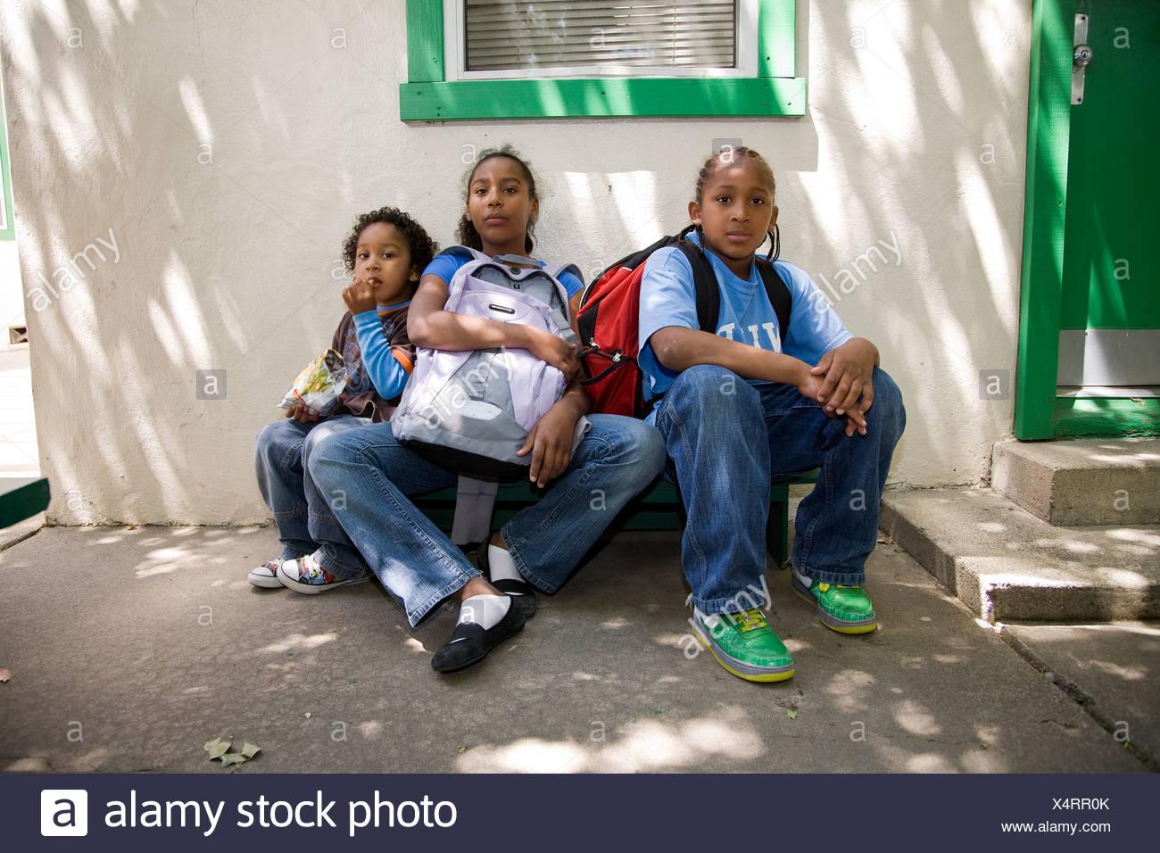 Selena Pina, una madre de cuatro niños sin hogar, con sus hijos en la escuela la semilla de mostaza en los panes y los peces en Sacramento, CA. Foto de stock