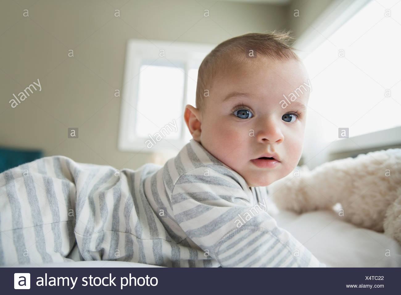 Retrato de graves en la cama del bebé Imagen De Stock