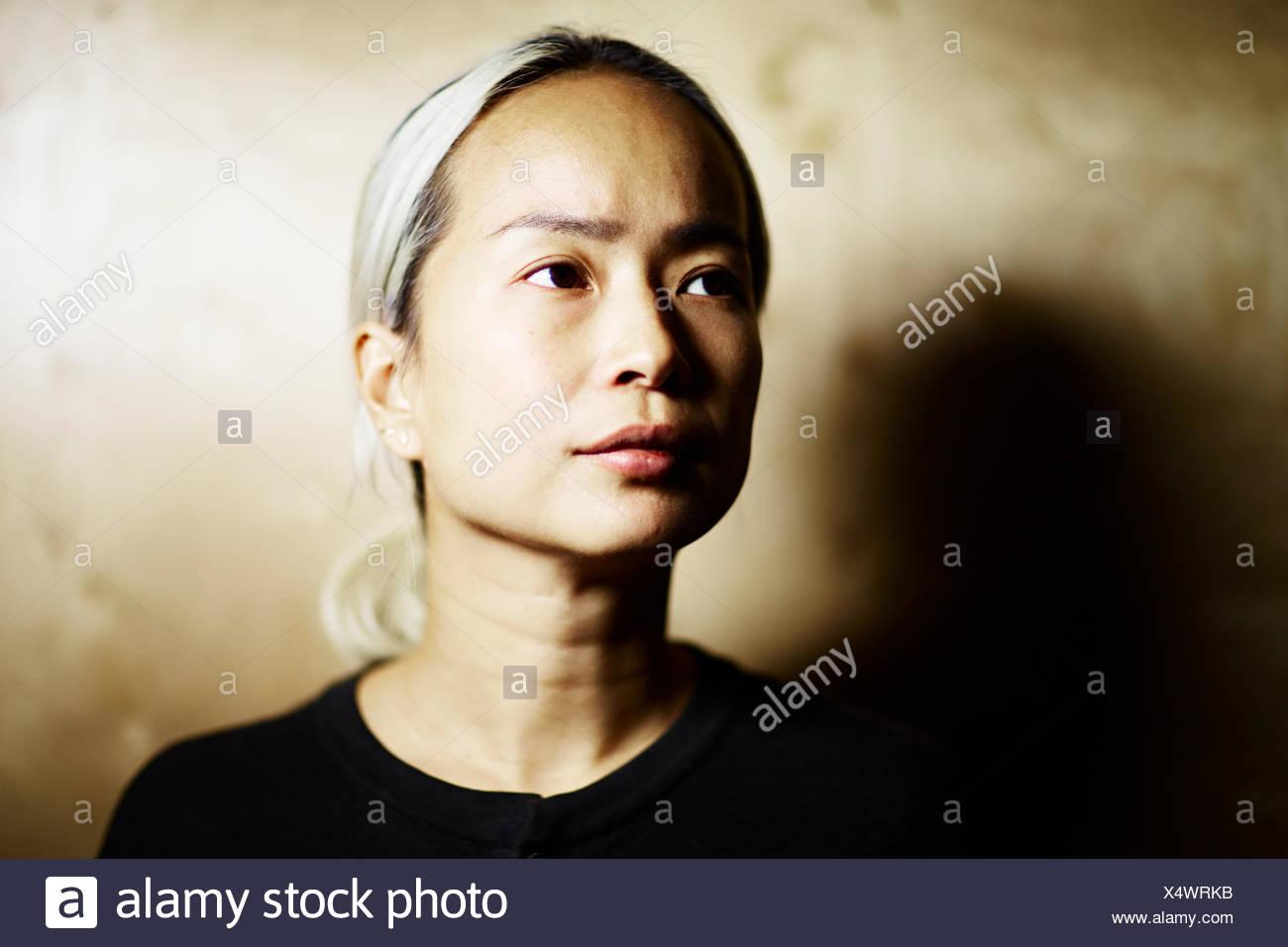 Mitad mujer adulta mirando lejos Imagen De Stock