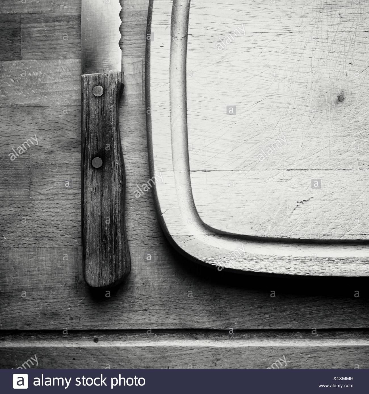 Directamente encima de tiro de bistec cuchillo y tabla de cortar en la mesa Imagen De Stock