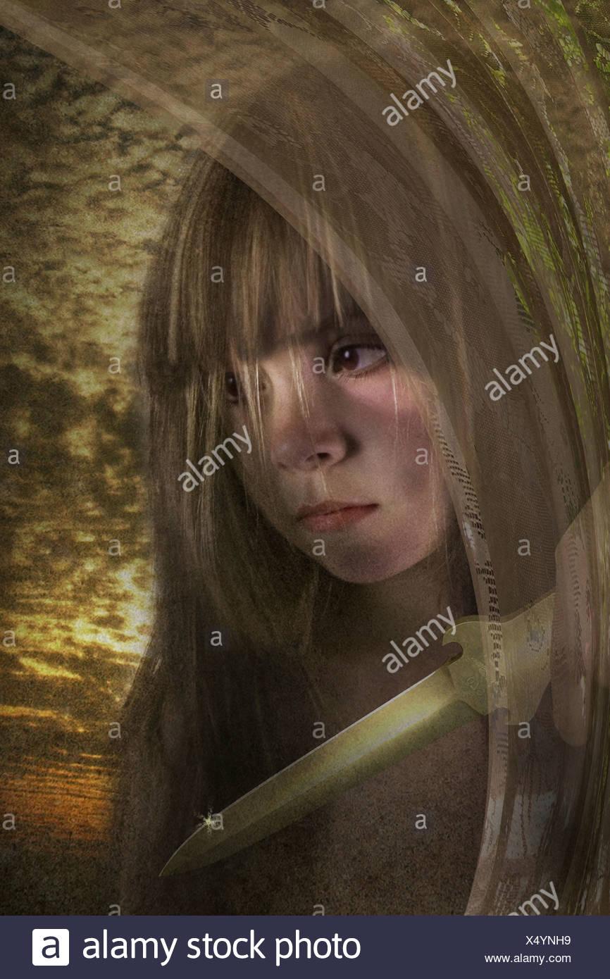 Chica con un puñal buscando la intención de daño Imagen De Stock