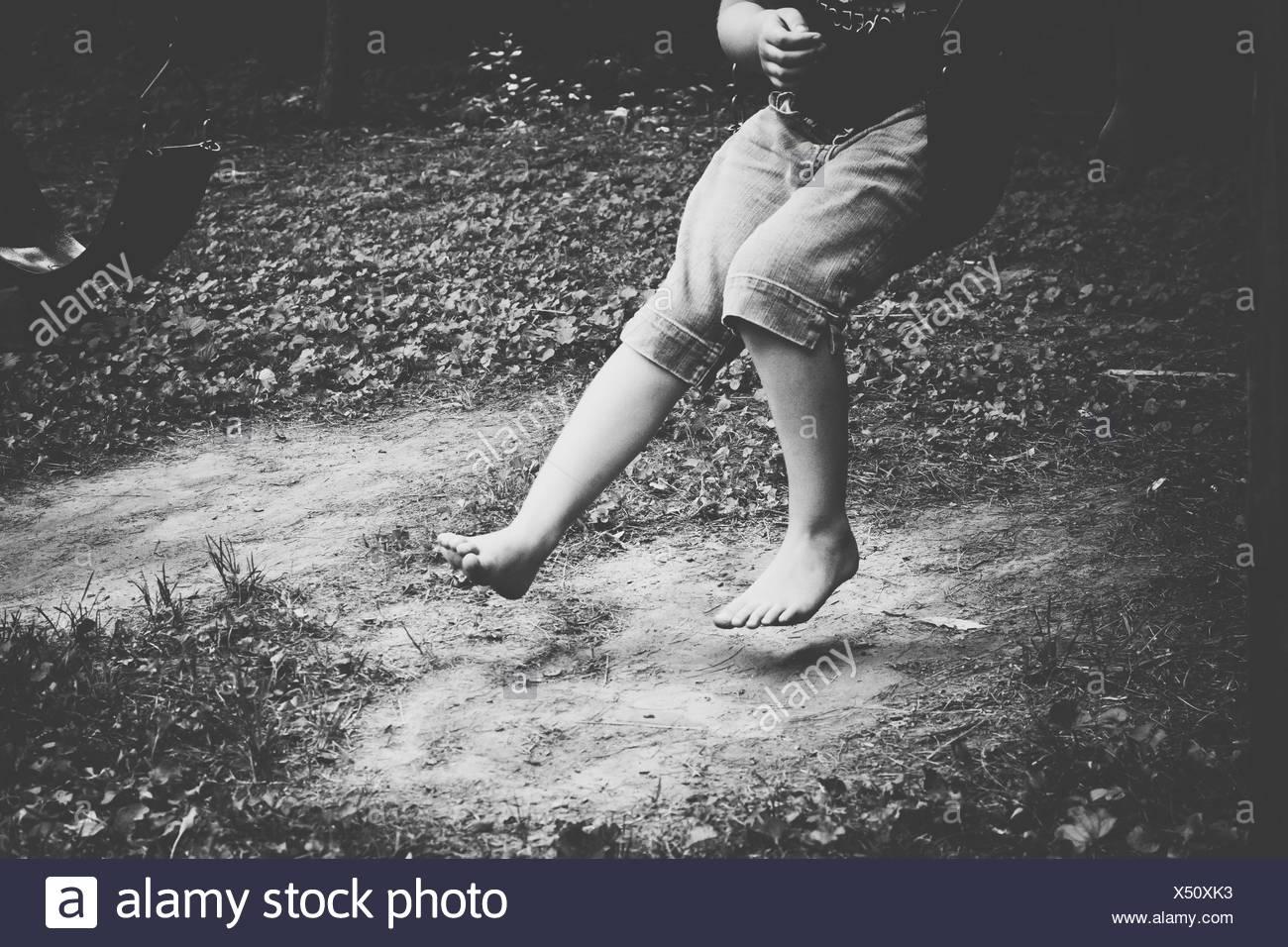 Bajo la sección de un muchacho saltando al aire libre Imagen De Stock