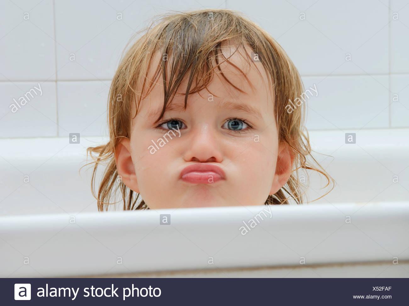 Chica en la bañera, faneca Foto de stock