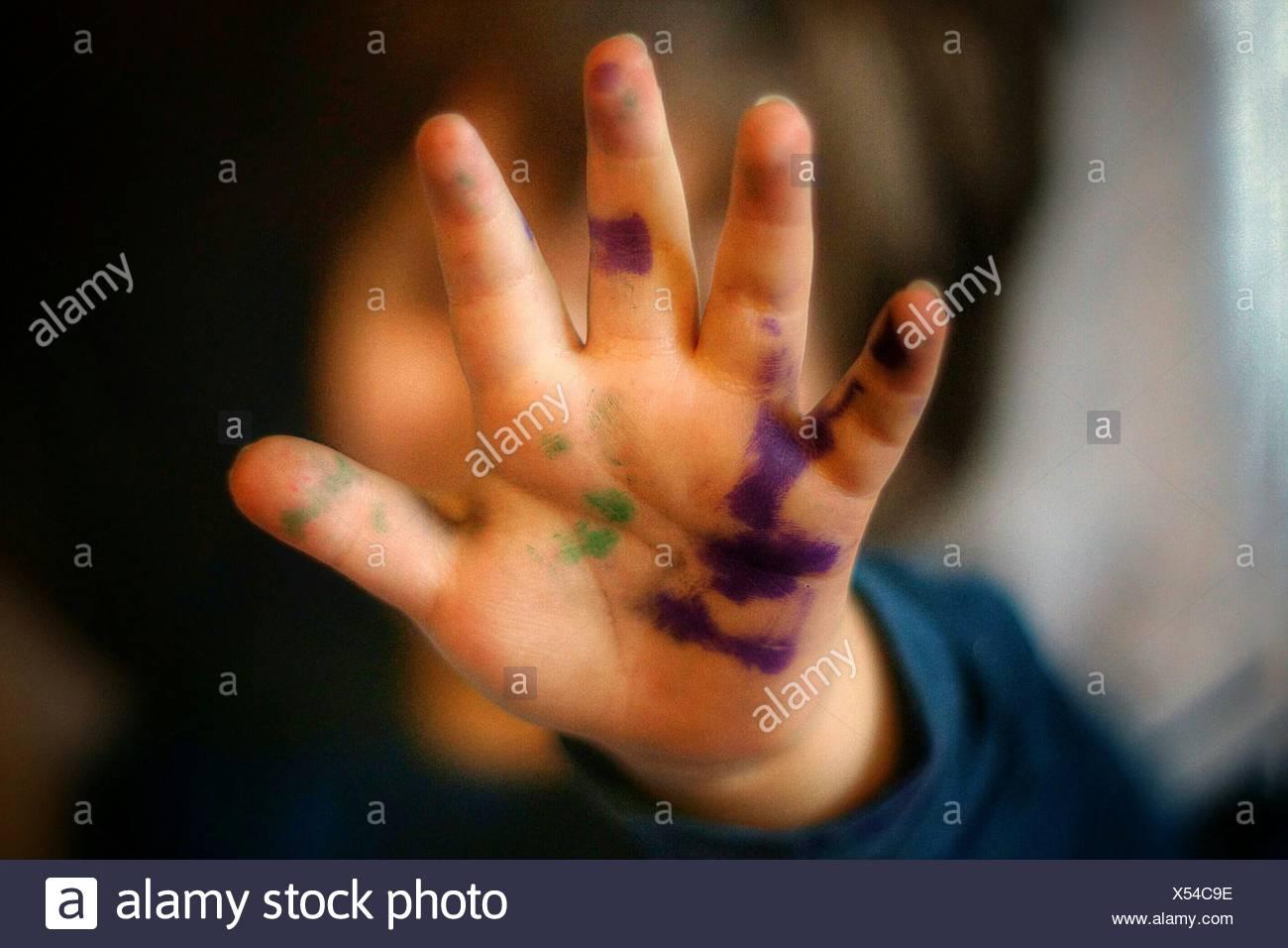 Primer plano de la mano del niño pintado Imagen De Stock
