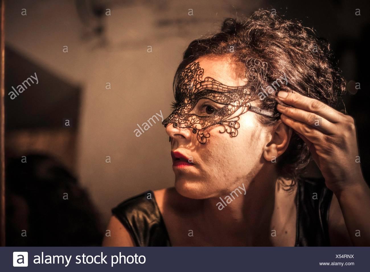 Imagen de joven mujer preparando para disparar Imagen De Stock