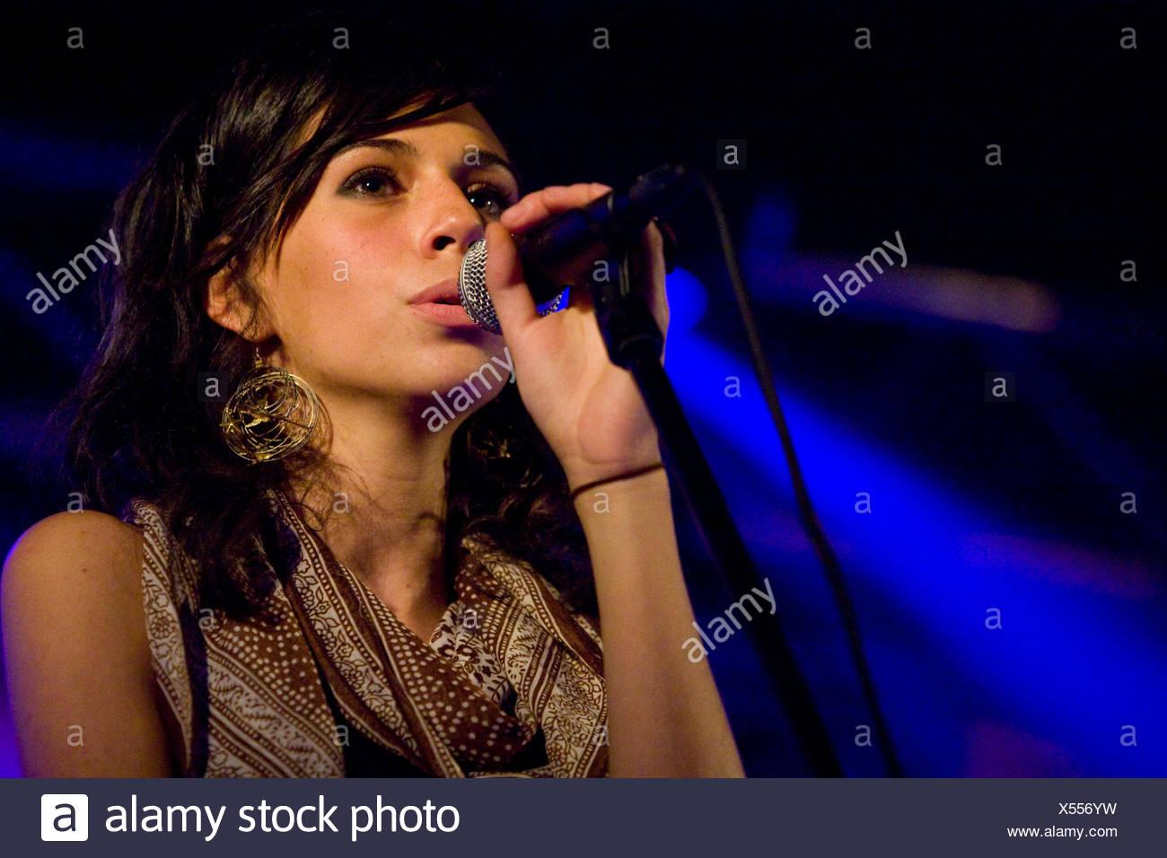 La cantante Nicole Zribi aka Djemeia del cantante y compositor suizo duo Jones n' Knascht Djemeia viven en el Club, Lucerna Foto de stock