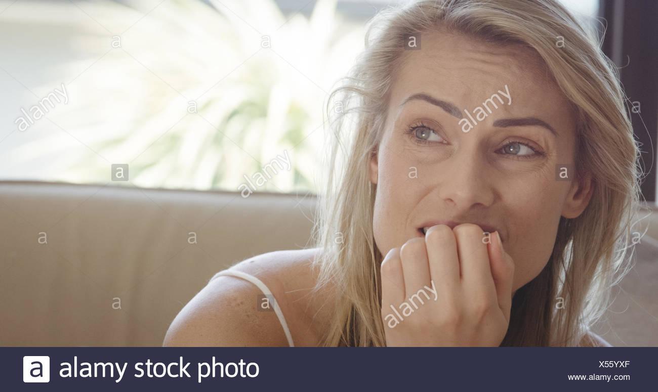 Estresante mujer sentada en un sofá Imagen De Stock