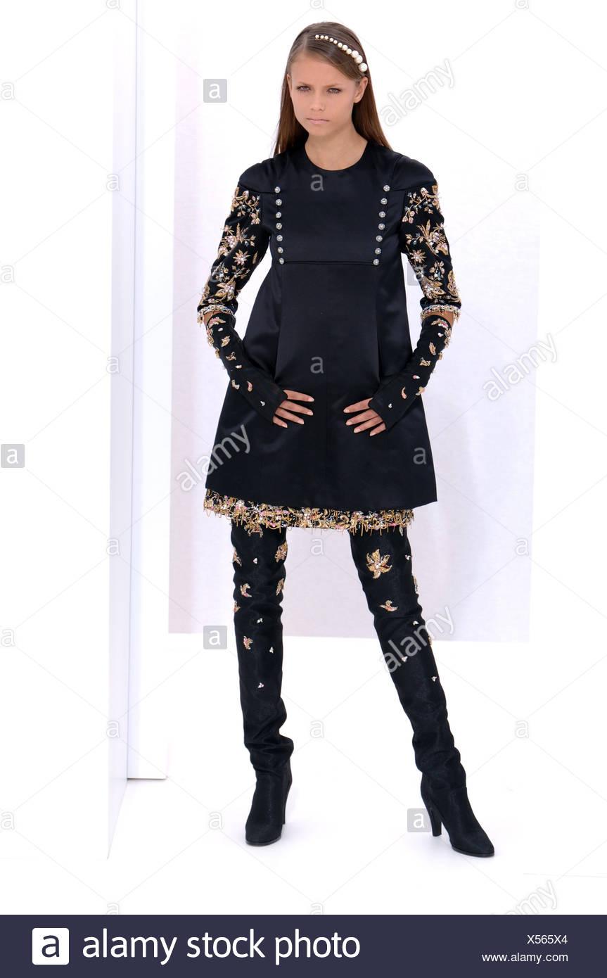 9c30db631 Chanel de Alta Costura de París otoño invierno Morena modelo femenino  llevaba un vestido de terciopelo