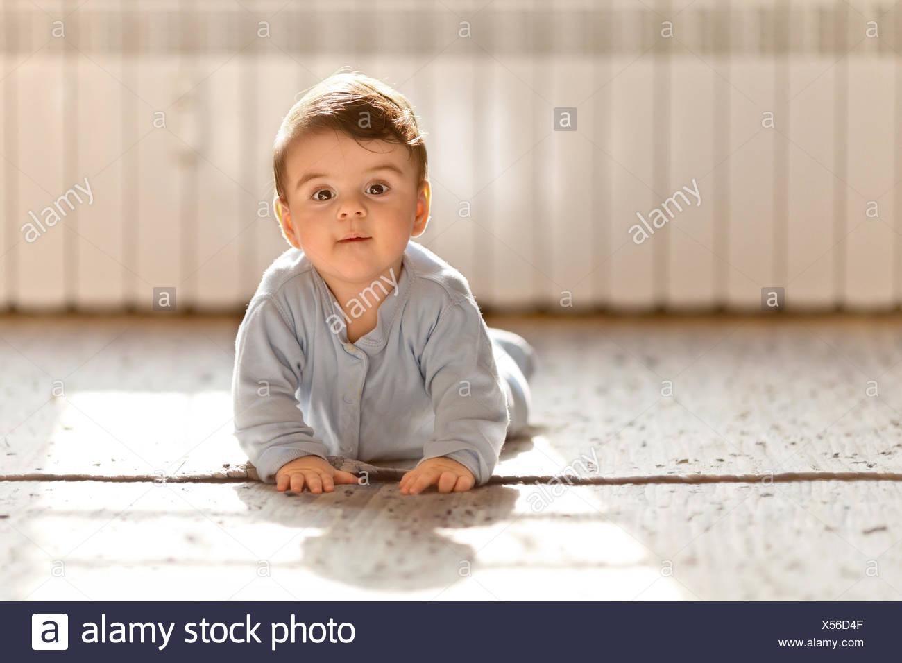 Baby Boy mirando a la cámara Imagen De Stock