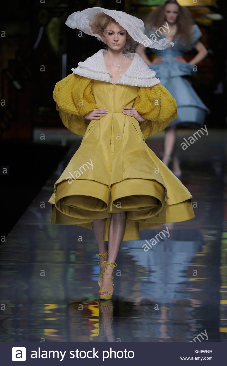 121d9b7552 Christian Dior de Alta Costura de París primavera verano vestidos de mujer  estilo periódico voluminoso traje de mostaza blanca y mangas de campana