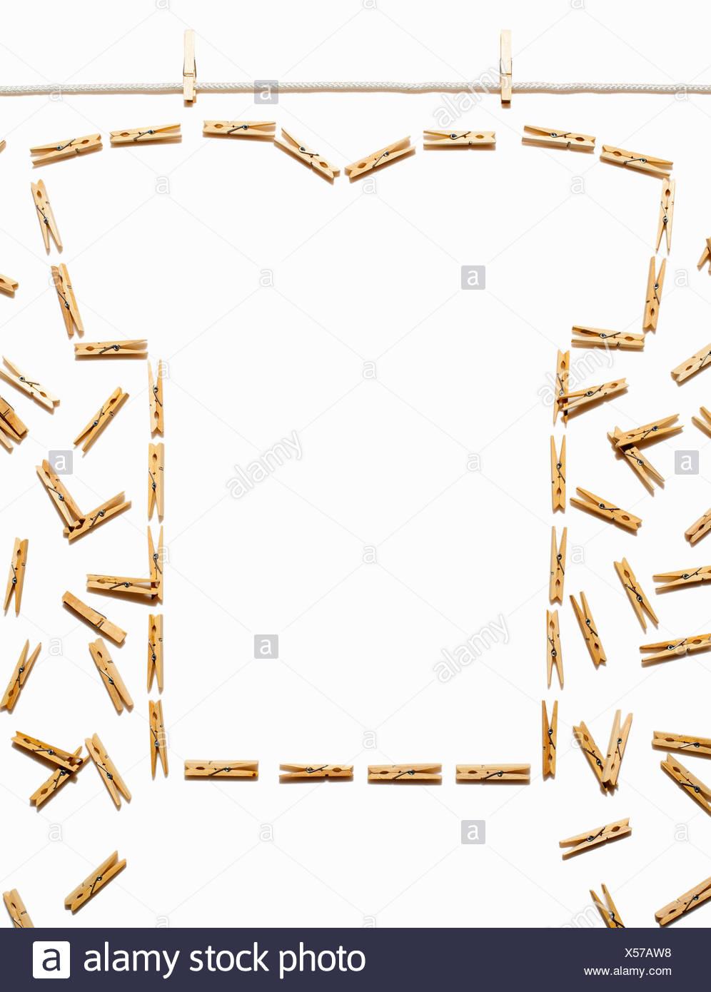 Línea de ropa blanca y tshirt esbozadas con broches Imagen De Stock