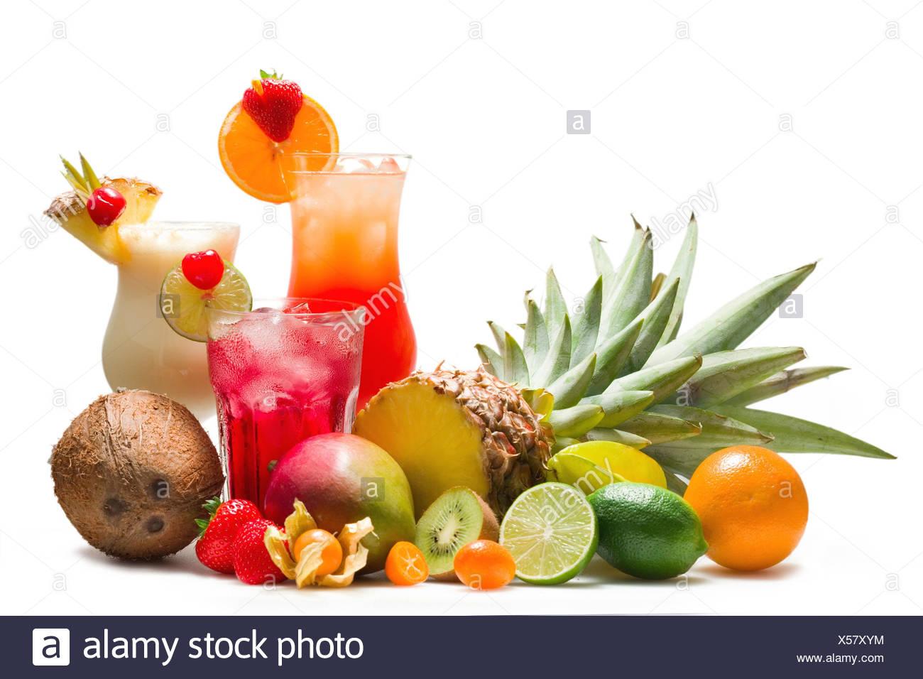 Diferentes cócteles con frutas tropicales, Imagen De Stock