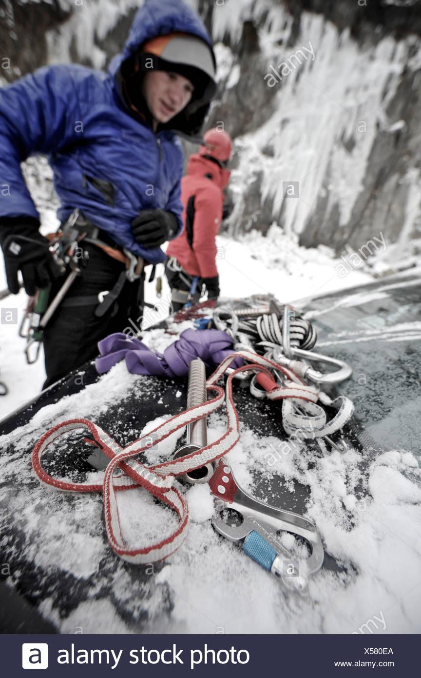 Dos hombres prepararse para la escalada en hielo cerca de Anchorage, Alaska Imagen De Stock