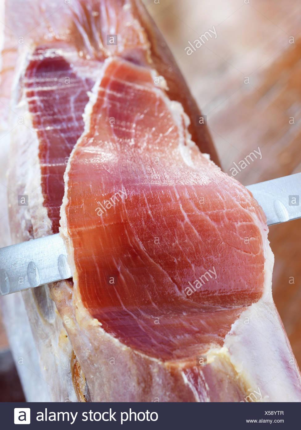 El tallado de un jamón Serrano Imagen De Stock