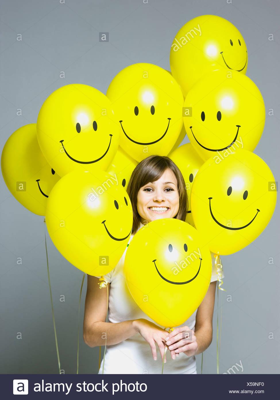 Mujer con cara sonriente globos Imagen De Stock