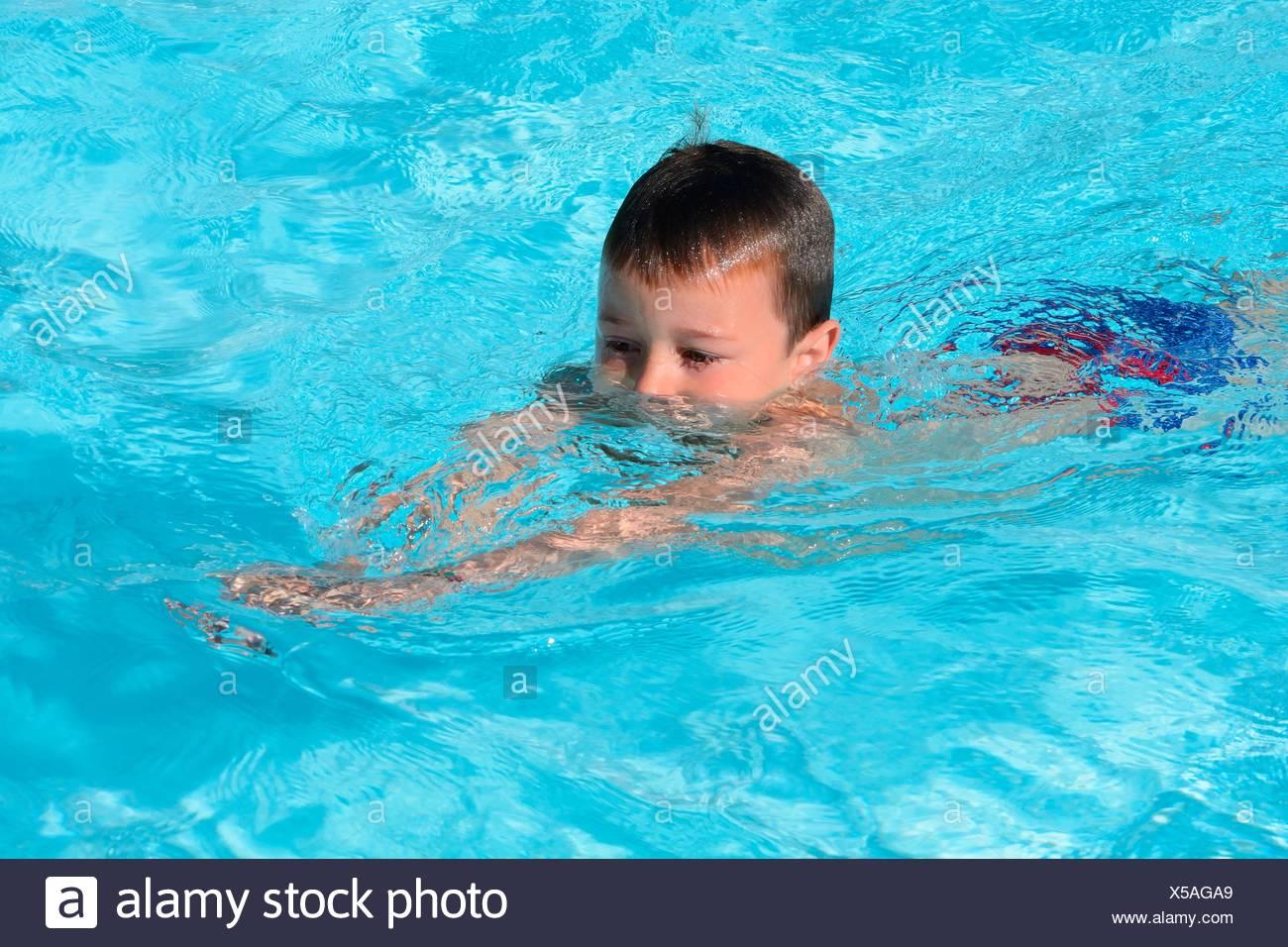 Chico, de siete años de edad, en una escuela de natación en la piscina, Ystad, Suecia Imagen De Stock