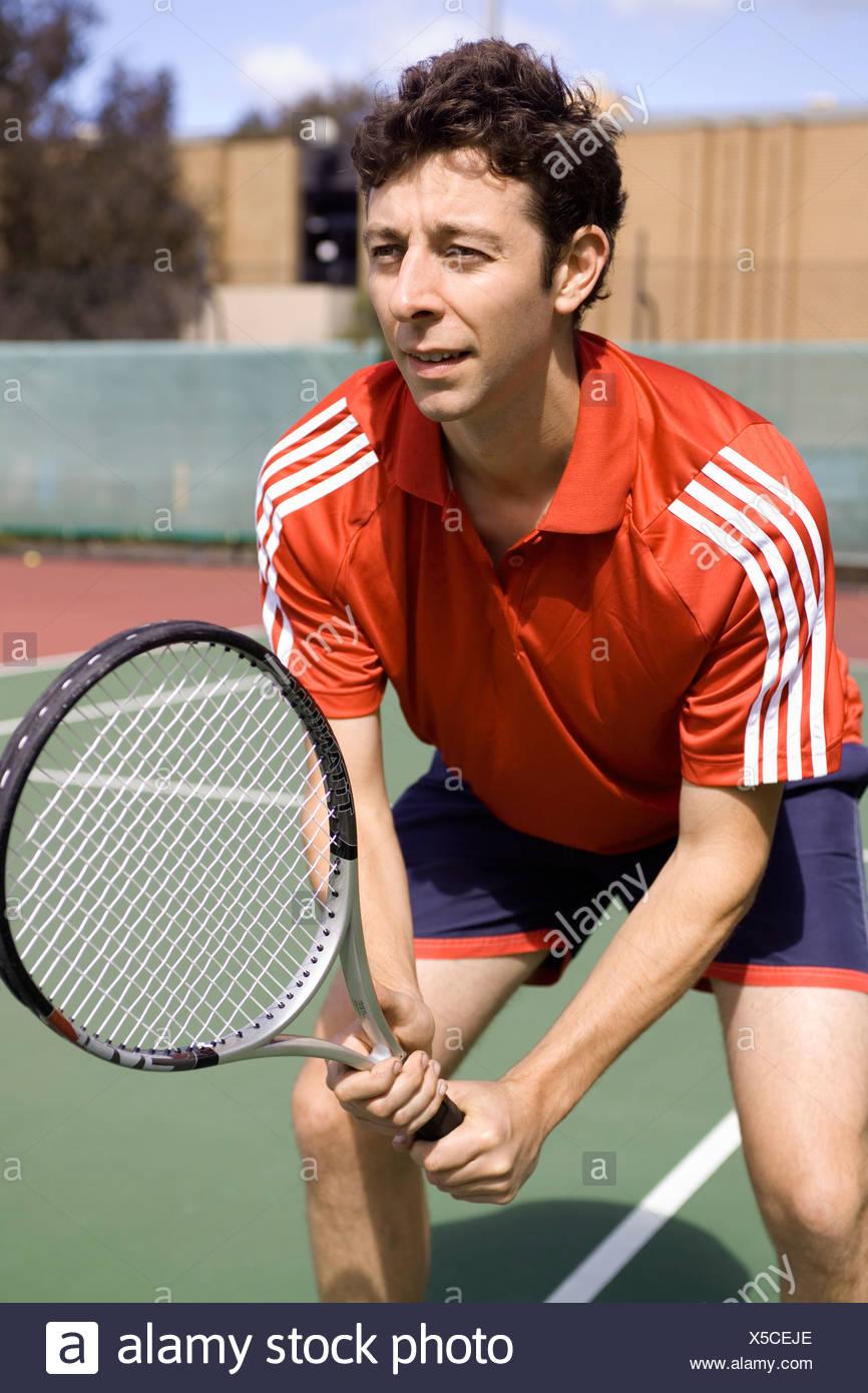 Un hombre jugar tenis Foto de stock