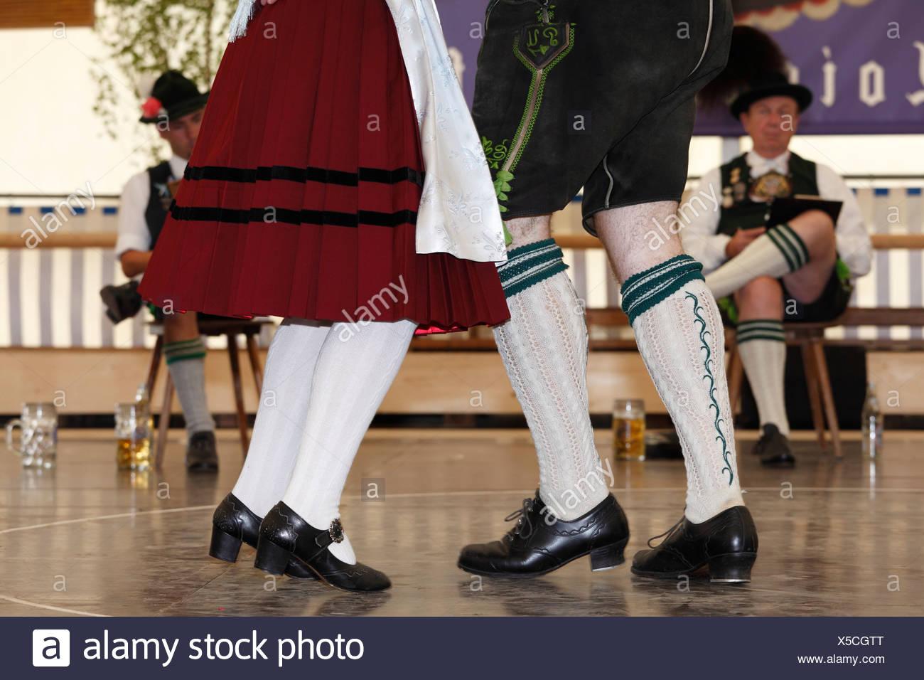 Schuhplattler, bailarines de danza folklórica tradicional, 83 en Neufahrn cerca Egling Loisachgaufest, Alta Baviera, Baviera, Alemania, Europa Foto de stock