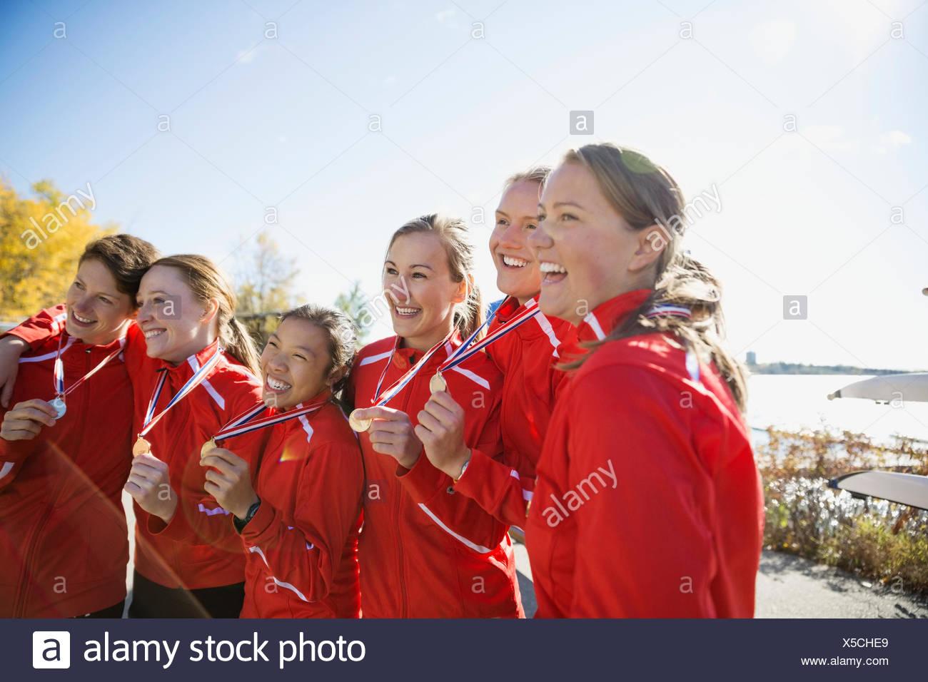 Equipo de remo con medallas celebrando Imagen De Stock