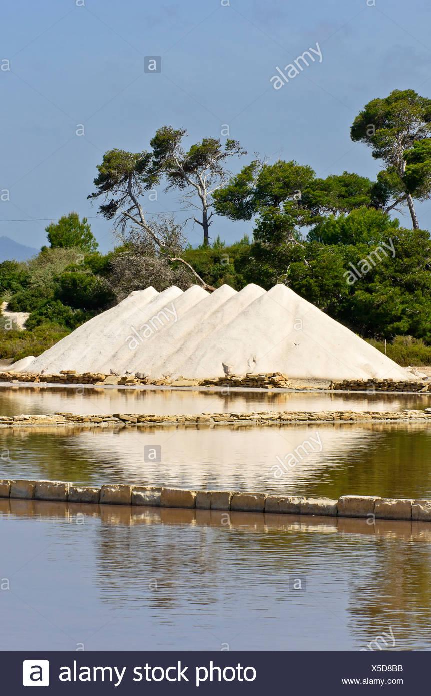 Los montones de sal en las salinas cerca de Colonia Sant Jordi, Mallorca, Islas Baleares, España, Europa Imagen De Stock