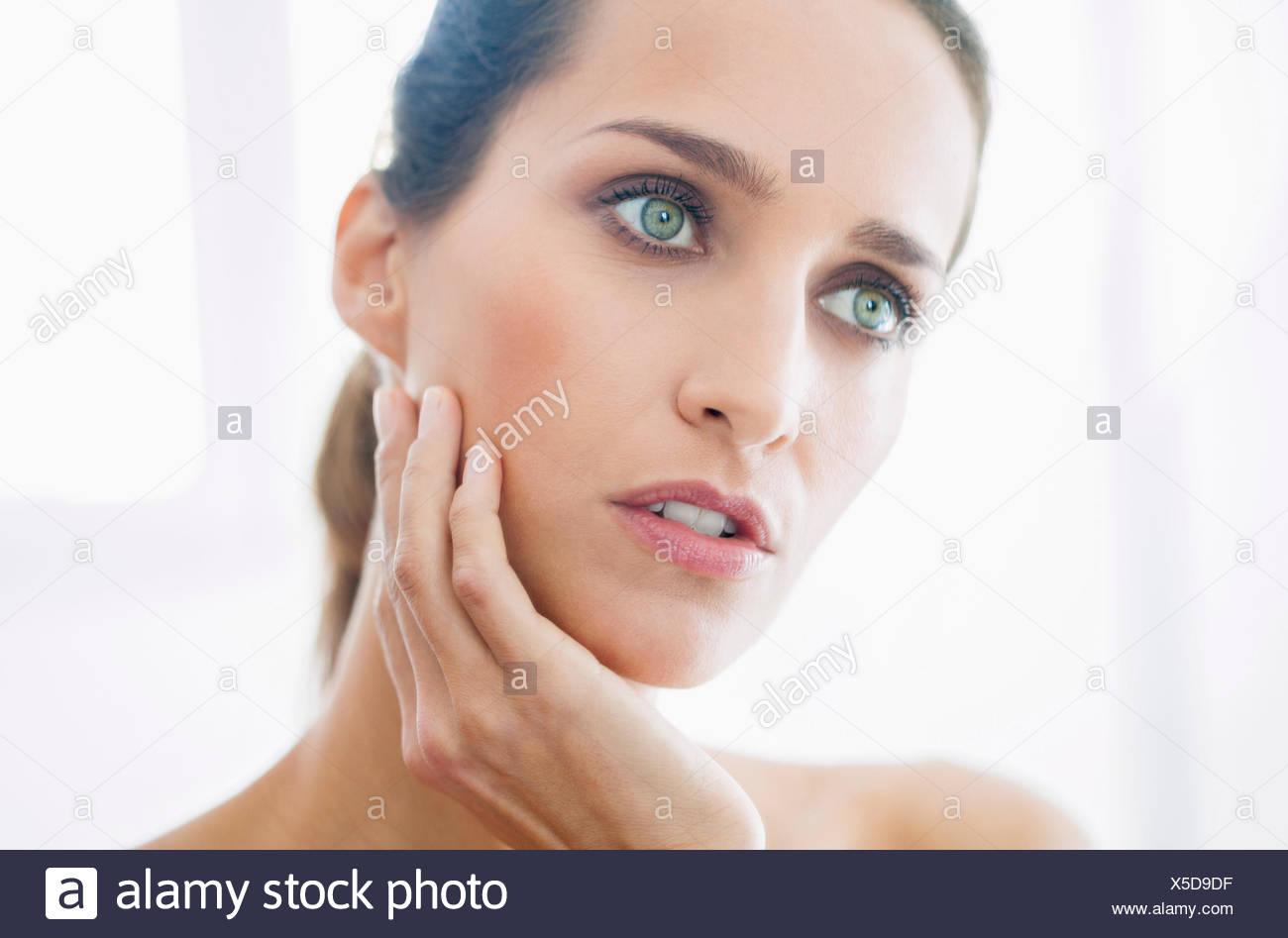 Close-up de una bella mujer en busca de distancia Imagen De Stock