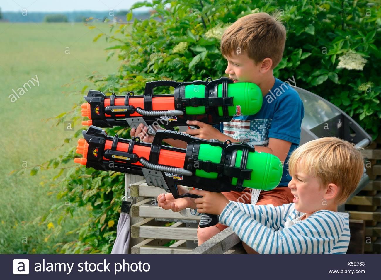 8 Y AñosJugando 6 JugueteSuecia Pistolas Dos Con NiñosDe UzLGqMpSV