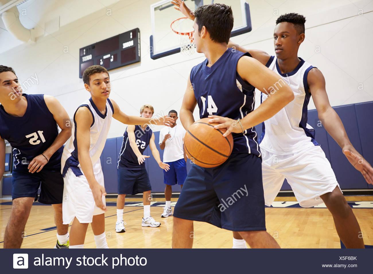 Equipo de baloncesto de la Escuela Secundaria Masculina Jugando Imagen De Stock