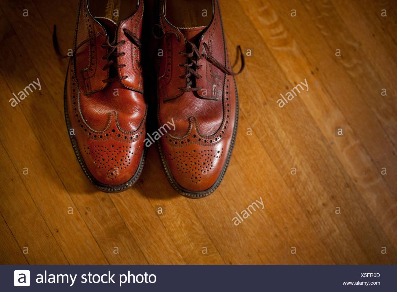 Par de hombres brogues sobre un piso de madera Imagen De Stock