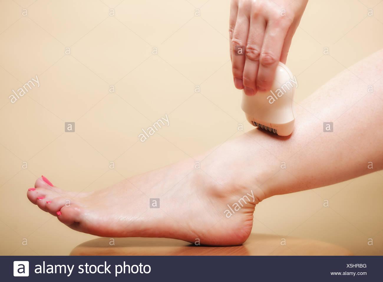 Mujer afeitarse las piernas con cuidado corporal depilacion afeitadora  Imagen De Stock 1a573f2f87f0