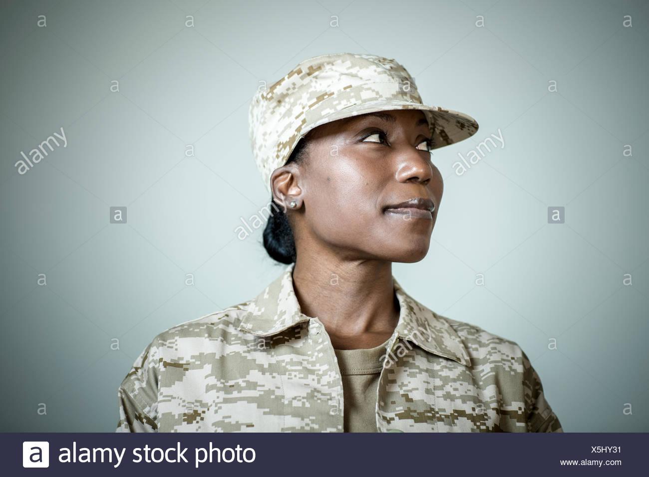Retrato de estudio de seguros mujer soldado mirando hacia los lados Imagen De Stock
