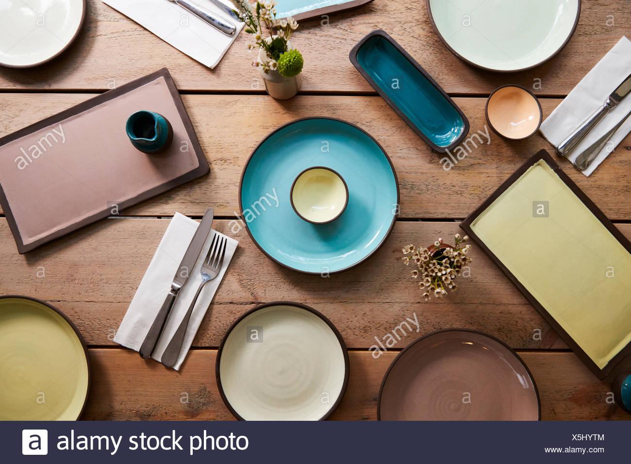 Y cubiertos de barro hechas a mano sobre una mesa, Fotografía cenital Foto de stock