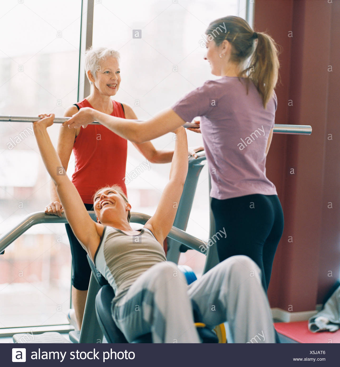 20-24 AÑOS 70-74 AÑOS 75-79 AÑOS actividad adultos único atleta bodybuilding color image anciana ejercer de pelo gris Imagen De Stock