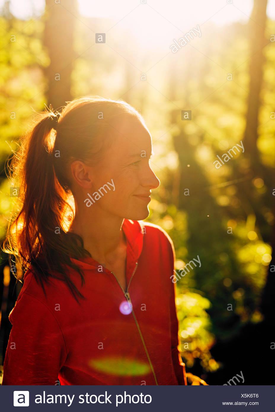 Finlandia, Paijat-Hame, Heinola, Mid-mujer adulta en el bosque Imagen De Stock