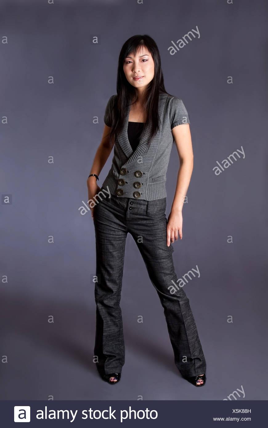 Asian American Business hermosa mujer de carrera en gris permanente ropa de moda casual, aislado. Foto de stock