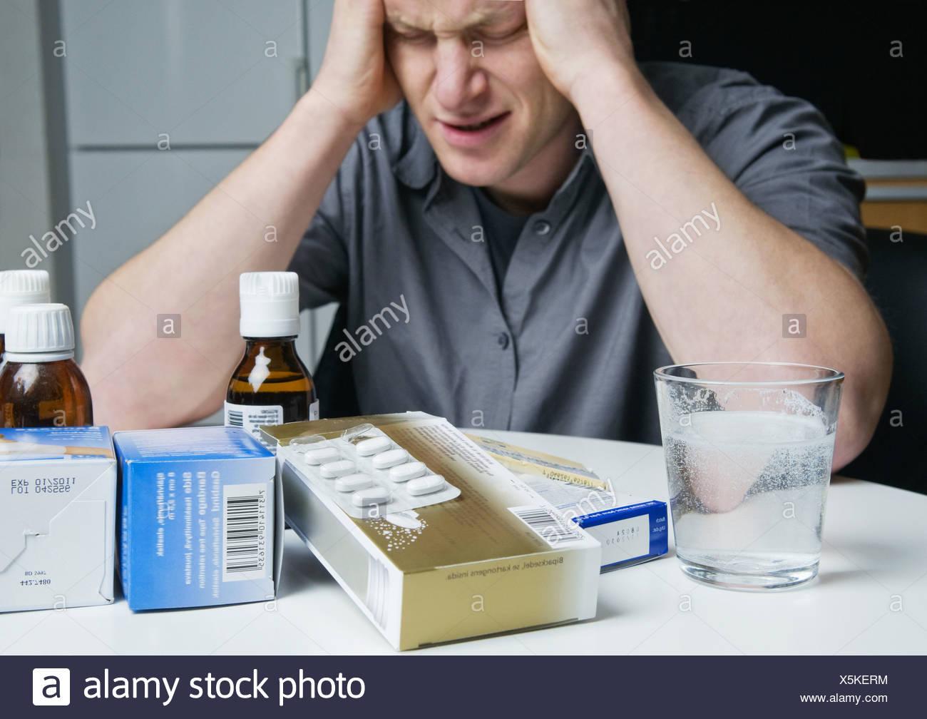Hombre con un montón de medicina Imagen De Stock
