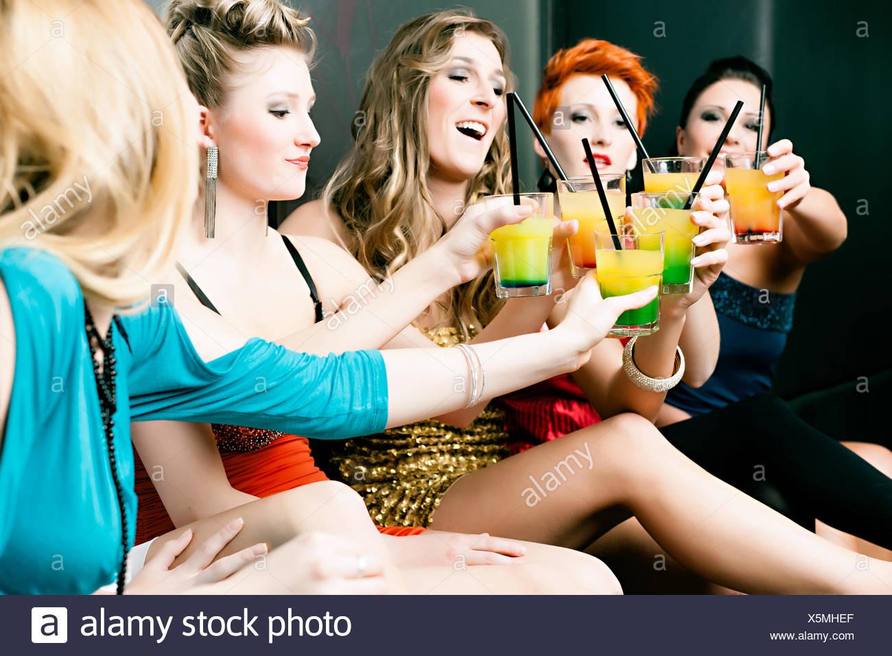 Las mujeres en un club o una discoteca con cócteles Foto de stock