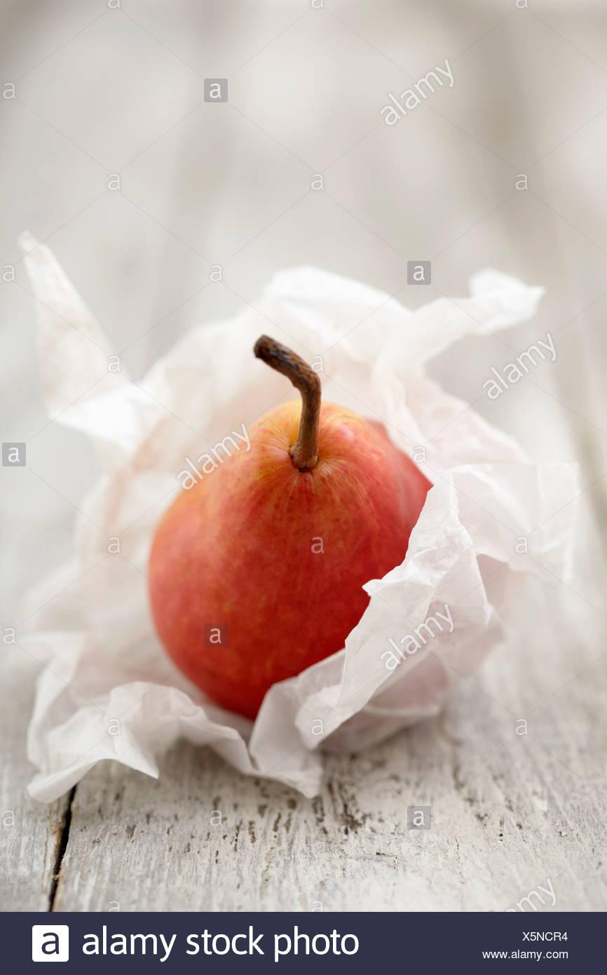 Pera envuelto en papel de seda Imagen De Stock