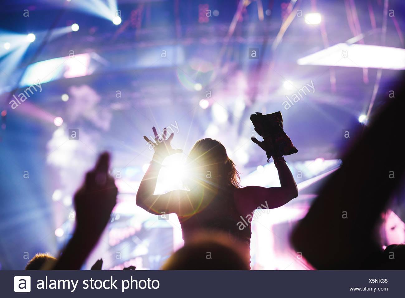 Finlandia, Helsinki, Uusimaa, animando joven en el verano Sound Festival Imagen De Stock