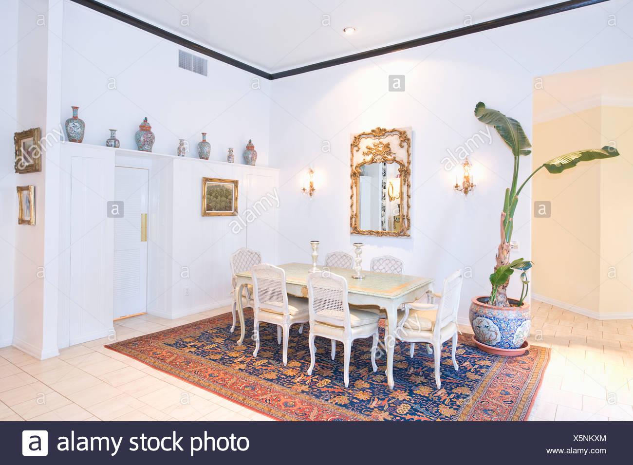 Mesa de comedor alfombras estampadas Foto & Imagen De Stock ...