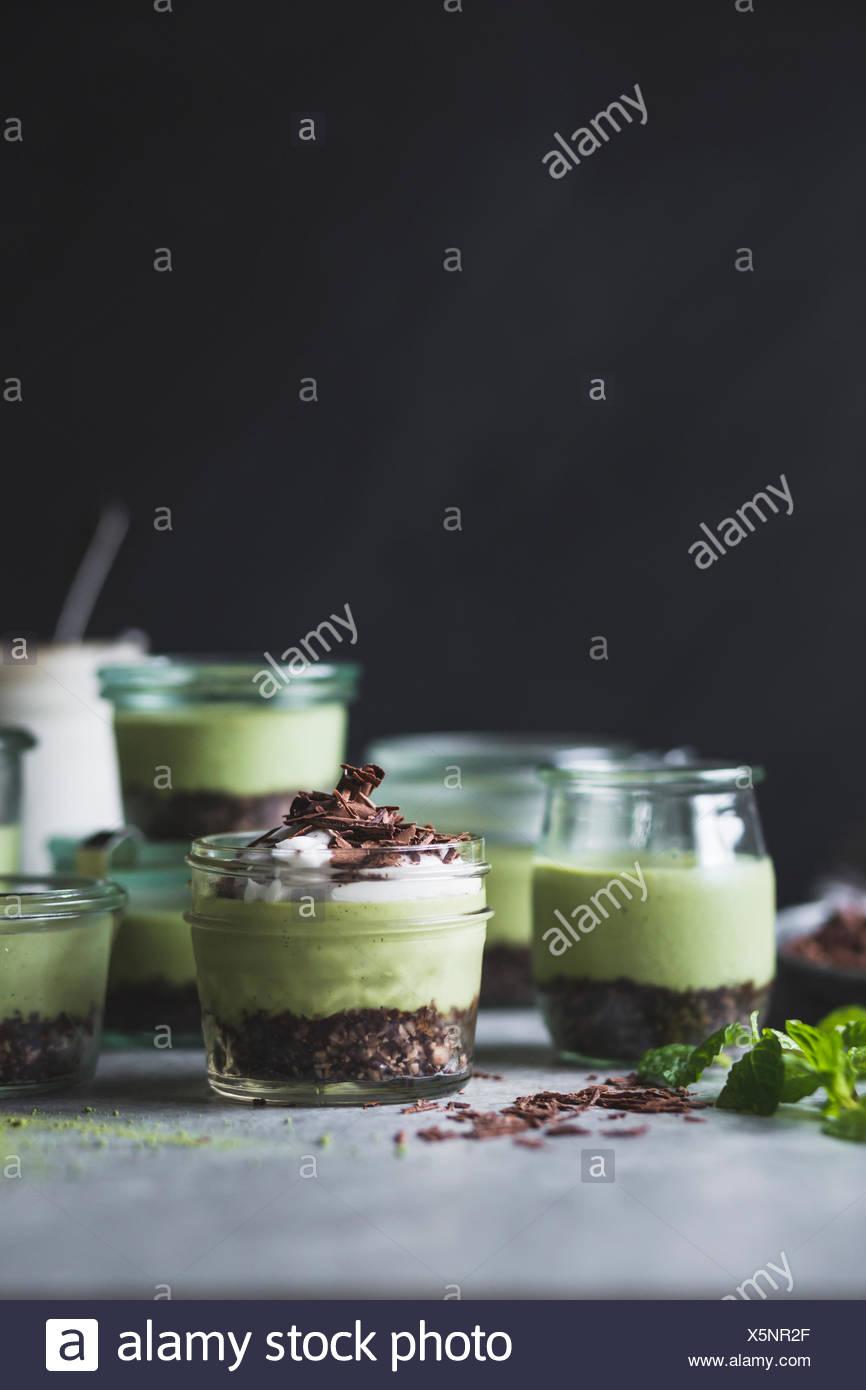 No matcha hornear pasteles de saltamontes en tarros de menta Imagen De Stock
