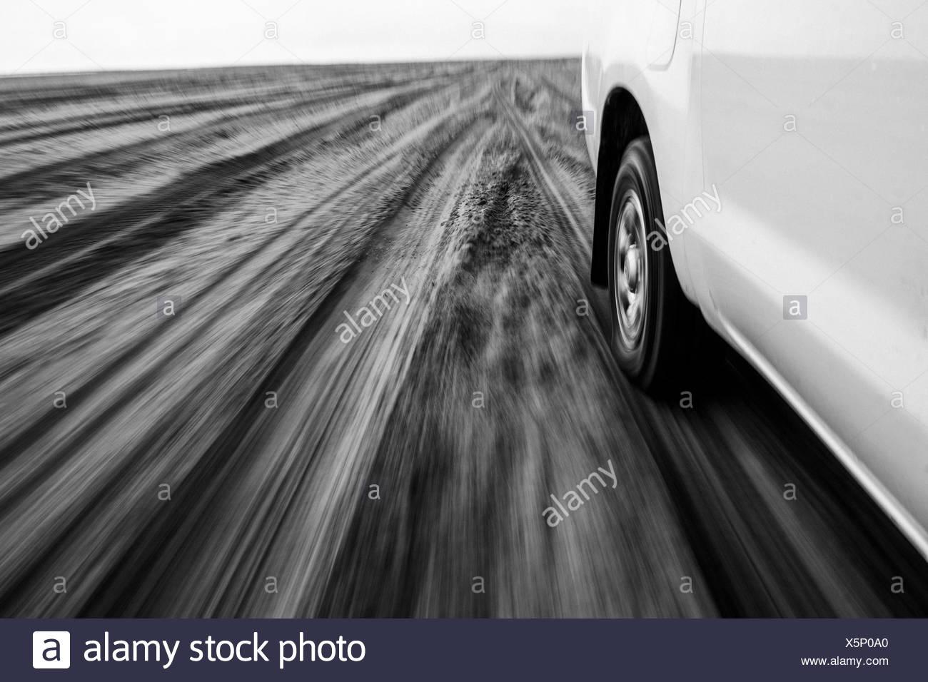 Vista desde la ventana mientras el coche de conducción rápida sobre arena. Imagen De Stock