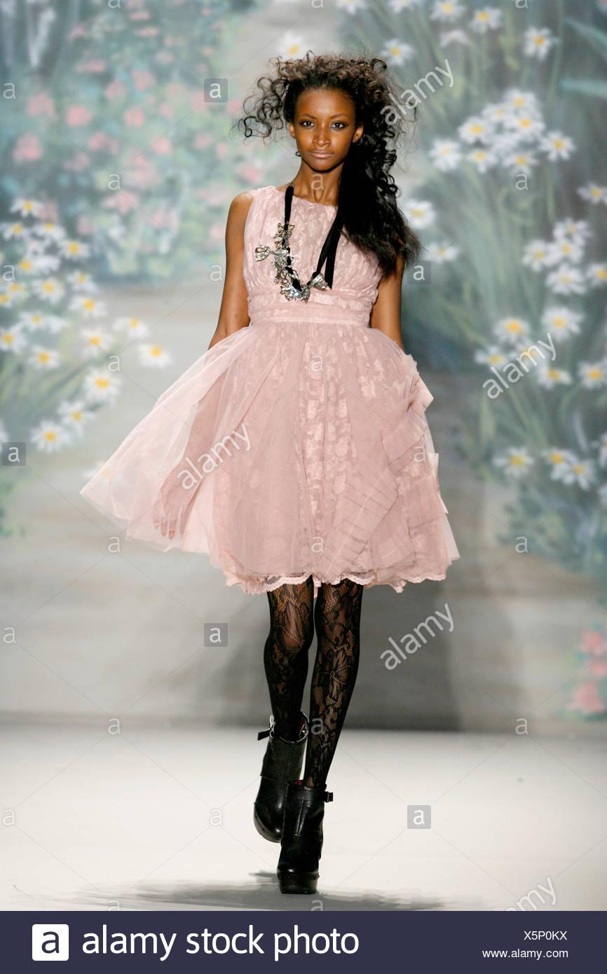b3aec2b2c Tracy Reese Nueva York listo para Otoño Invierno desgaste rosa polvoriento  sin mangas vestido de línea imperio volantes y falda de tul, collar,