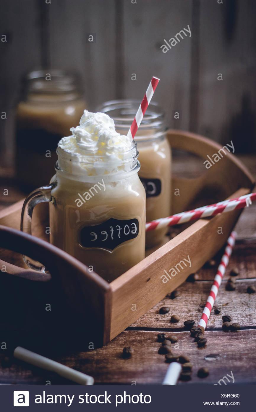 Café latte con nata montada Foto de stock