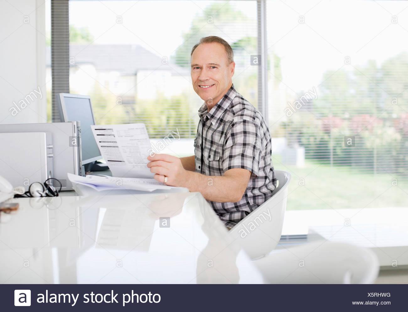 El hombre el pago de facturas en el equipo Imagen De Stock