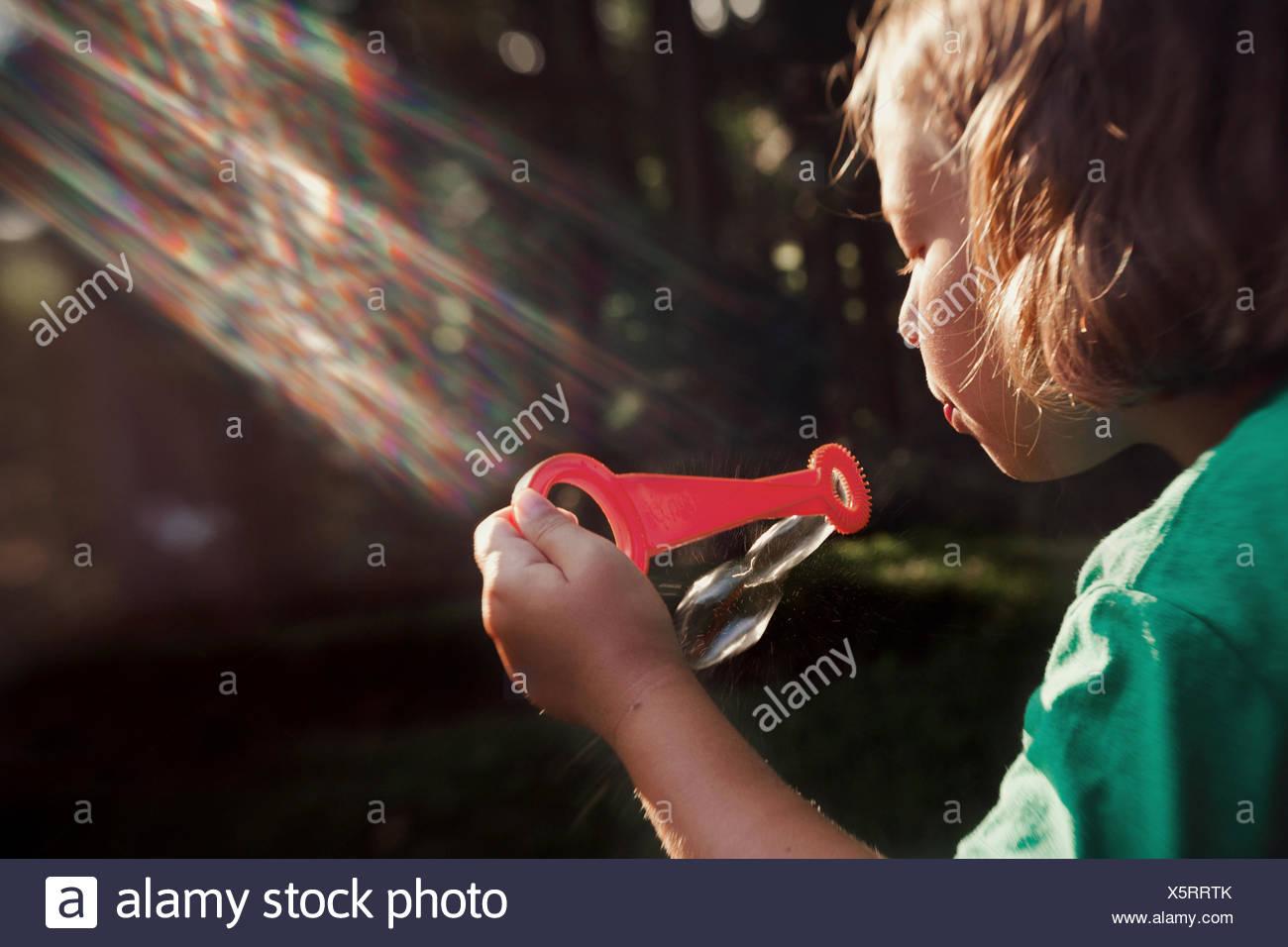 Chica (8-9) soplando burbujas Imagen De Stock