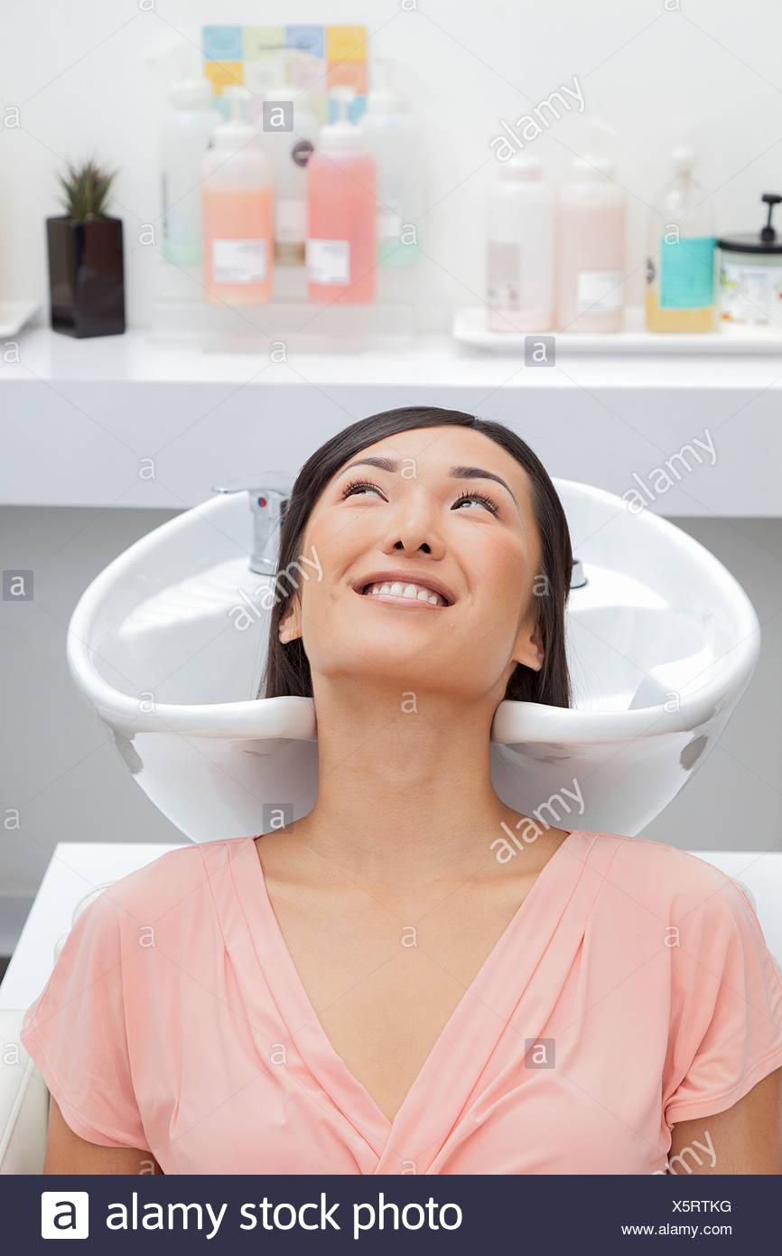 Mujer obteniendo sus cabellos lavados en el salón de belleza Imagen De Stock